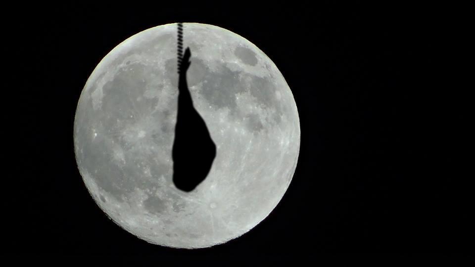 La luna más grande en la noche de San Juan en Barcelona